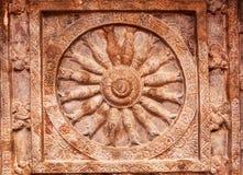 Architecture indienne de roche-coupe Plafond avec les poissons découpés dans la roue de la vie Temple du 6ème siècle de caverne e Image stock