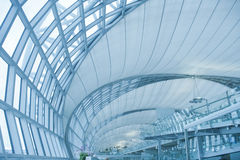 Architecture moderne abstraite dans l'aéroport de Bangkok Photographie stock