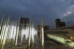 Architecture moderne au parc des lumières à Medellin la nuit Image stock