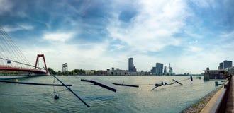 Architecture moderne d'horizon de Rotterdam avec l'Erasmusbrug E Photos libres de droits