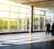 Architecture moderne de centre de conférences de grande entreprise avec le ton bleu Station de métro de Darnytsia à Kiev Photo stock