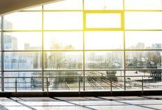 Architecture moderne de centre de conférences de grande entreprise avec le ton bleu Station de métro de Darnytsia à Kiev Photographie stock libre de droits
