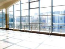 Architecture moderne de centre de conférences de grande entreprise avec le ton bleu Station de métro de Darnytsia à Kiev Image stock