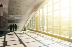 Architecture moderne de centre de conférences de grande entreprise avec le ton bleu Station de métro de Darnytsia à Kiev Images libres de droits
