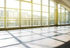 Architecture moderne de centre de conférences de grande entreprise avec le ton bleu Station de métro de Darnytsia à Kiev Images stock