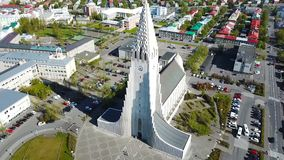 Architecture moderne de l'Islande Reykjavik Enregistrement vidéo aérien bâtiment religieux à partir du dessus Vidéo aérienne de d banque de vidéos