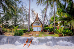 Architecture moderne de maison thaïlandaise traditionnelle près de la plage dans Tha Image libre de droits