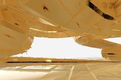 Architecture moderne de résumé la future contient les bâtiments en forme étrange sous forme de spirales dirigées vers le haut faç illustration stock