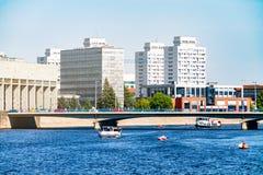Architecture moderne de Wroclaw, Pologne, l'Europe moderne, bateaux de flottement le long de la rivière, berges au centre de la v Image libre de droits