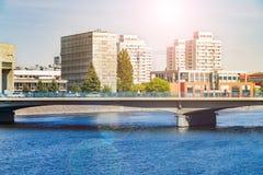 Architecture moderne de Wroclaw, Pologne, l'Europe moderne, bateaux de flottement le long de la rivière, berges au centre de la v Photo stock