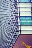 Architecture moderne - façade en verre d'immeuble de bureaux, Photographie stock libre de droits