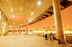 Architecture moderne la nuit Images libres de droits
