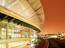 Architecture moderne la nuit Photographie stock libre de droits