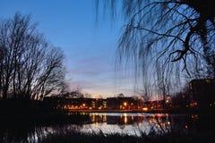 Architecture néerlandaise générique et lac la nuit photographie stock libre de droits