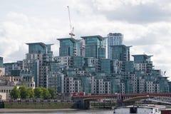 Architecture post-moderne sur les banques de la Tamise Photographie stock libre de droits
