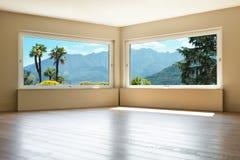 Int rieur vide de salon avec le mur en bois et en b ton for Le vide interieur