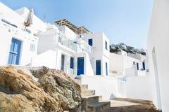 Architecture sur les Cyclades Bâtiments grecs d'île avec elle ty Photographie stock libre de droits