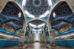 Architecture symétrique de station de métro à Tashkent central, Uzbeki photo libre de droits