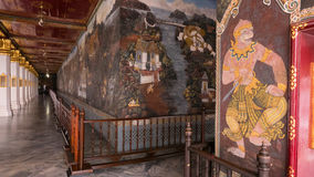 Architecture thaïlandaise d'art de mur dans le temple d'Emerald Buddha (kaew de phra de Wat) et le palais grand royal Photos libres de droits