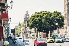 Architecture traditionnelle de la Sicile en Italie, rue historique de Catane, façade de vieux bâtiments photo stock