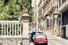 Architecture traditionnelle de la Sicile en Italie, rue historique de Catane, façade de vieux bâtiments images stock