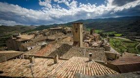 Architecture typique de village médiéval espagnol avec des maisons folles Photos stock