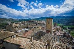Architecture typique de village médiéval espagnol avec des maisons folles Image stock