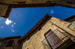 Architecture typique de village médiéval espagnol avec le streptocoque étroit Photographie stock libre de droits