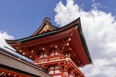 Architectures japonaises contre un beau ciel dans le tombeau célèbre de Fushimi Inari à Kyoto, Japon photos stock