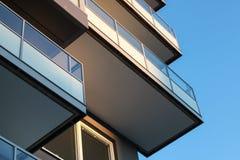 Architectuur, balkons met glastraliewerk Stock Fotografie
