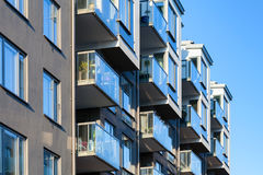 Architectuur, balkons met glastraliewerk Stock Afbeelding