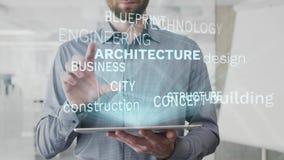 Architectuur, de bouw, ontwerp, bouw, de wolk van het blauwdrukwoord als hologram wordt op tablet door de gebaarde mens wordt geb royalty-vrije illustratie