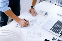 Architectuur die op architecturale project bedrijfsarchitect trekken stock afbeelding