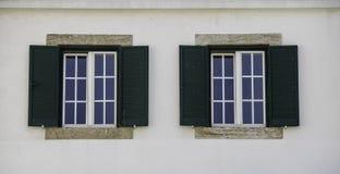 Architectuur dubbele vensters in Europa stock afbeeldingen