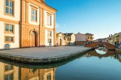 Architectuur en kanalen van Comacchio Stock Afbeeldingen