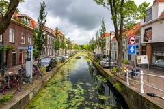Architectuur en kanalen van Delft, Nederland stock foto