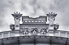 Architectuur en klassieke ornamenten bij het voortbouwen op de straten van Riga, Letland stock afbeeldingen