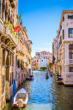 Architectuur en smalle kanalen in Venetië, Italië Stock Fotografie