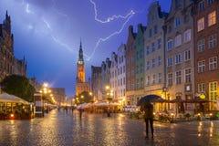Architectuur van de Lange Steeg in Gdansk bij regenachtige nacht royalty-vrije stock afbeelding