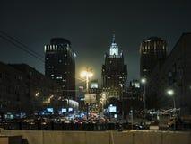 Architectuur van de nacht de stedelijke wolkenkrabber, lichten, weg, verkeer, straten Royalty-vrije Stock Foto