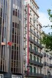 Architectuur van de stad van Barcelona met grote thermometer opgezet op een muur van de bouw Stock Afbeelding
