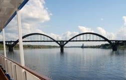 Architectuur van de stad van Rybinsk, Rusland Brug over de Volga Rivier Royalty-vrije Stock Afbeeldingen
