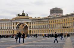 Architectuur van heilige-Petersburg, Rusland De mensen lopen op Dvortsovaya-Vierkant Stock Fotografie