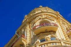 Architectuur van het historische gebouw met Vensters en bogen stock afbeeldingen