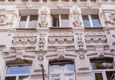 Architectuur van het historische gebouw met Vensters en bogen stock foto