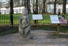Architectuur van Kolomenskoye-park De steenstandbeeld van de Polovtsianvrouw stock foto's