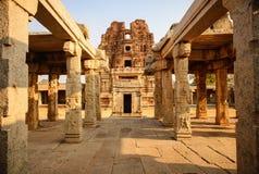 Architectuur van oude ruïnes van tempel in Hampi Stock Foto