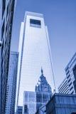 Architectuur van Philadelphia, bezinning van het Stadhuis op een gebouw stock afbeelding