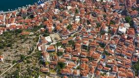 Architectuur van Porose-eiland in Griekenland Betegelde daken van de oude Europese stad Lucht Videolengte stock videobeelden