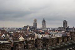 Architectuur van straten van de stad van Gent, België in regenachtige dag royalty-vrije stock afbeelding